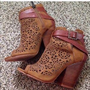 Vince Camuto Maizy Booties Size 5